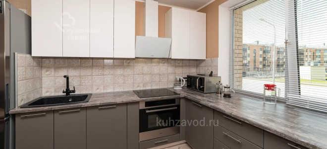 Дизайн кухни с низким подоконником