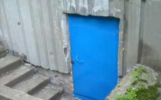 Дверь в подвал внутри частного дома