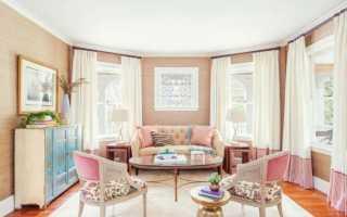 Гостиная в персиковых тонах с сочными цветовыми акцентами